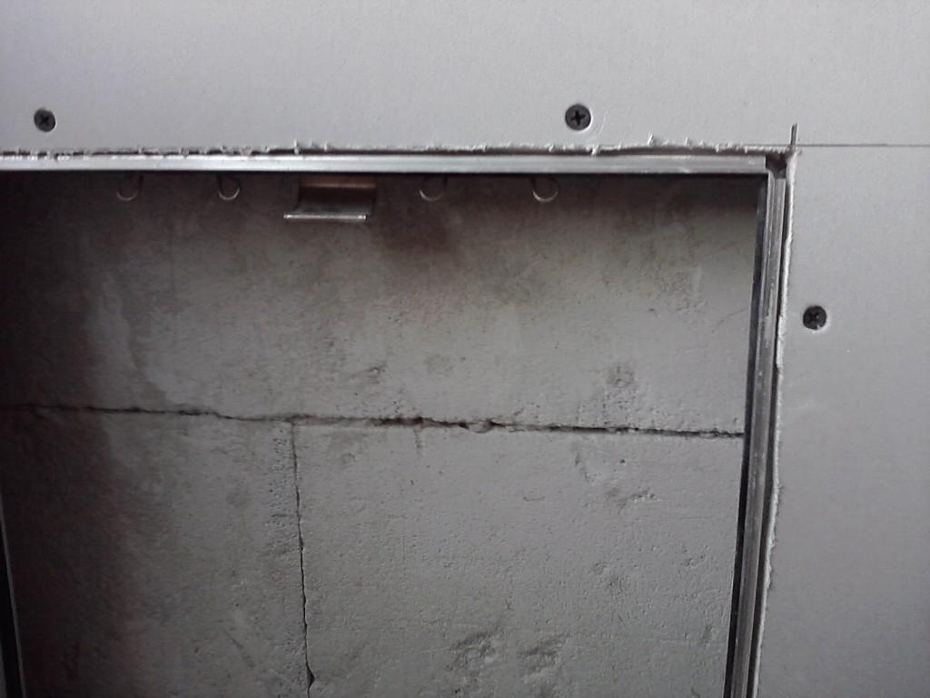 Montaż klapy rewizyjnej krok po kroku - klapa rewizyjna z ramą aluminiową