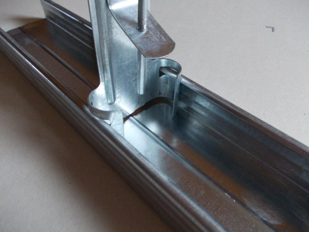 sufit podwieszany - rodzaje wieszaków - wieszak obrotowy ze sprezyna